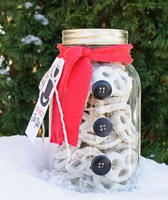 Snowman Mason Jar | Find the best craft ideas for how to decorate mason jars, for Christmas gifts that everyone on your list will love.