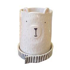 Esta Oso Divino, viene con su platito bufanda! Podés usarlo como Maceta o Florero. Material: Cerámica esmaltada Tamaño Grande: Altura 18,5 cm / Ancho 14 cm. ...