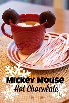 christmass new, Mickey Mouse Hot Chocolate. Fun idea for a kids Christmas party! Christmas Goodies, Christmas Treats, Holiday Treats, Holiday Recipes, Christmas Specials, Christmas Drinks, Comida Disney, Disney Food, Disney Recipes