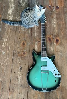 —> This guitar was made in Holland in the late 1950's and Early 1960's and according to Egmond catalogs these came out in 1961. There are pictures of Paul McCartney playing a similar Egmond Solid 7 electric guitar from the very early Beatles days! This is a very cool and rare guitar with a unique design €350