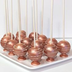 Cake Pops gold und rosa - New ideas 18th Birthday Party, Sweet 16 Birthday, Gold Birthday, Gold Dessert, Dessert Table, Quince Cakes, Rose Gold Theme, Sweet 16 Cakes, Sweet 16 Parties