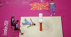 Ginasta britânico Max Whitlock fica estatelado no chão após uma queda; por sorte, erro foi ainda nos treinos dos Jogos de Londres