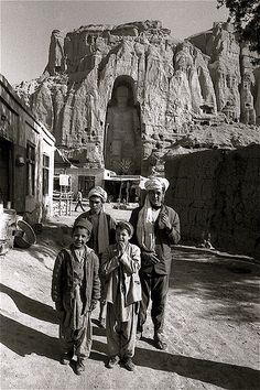 Le grand Bouddha - Vallée de Bamyan avec des Afghans qui vivent dans la vallée (Mai 1973.) En arrière plan le grand Bouddha de 53 mètres de haut détruit en mars 2001 par les talibans.