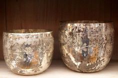 two pots (metal? glass?) with flower design (enversdudecor)