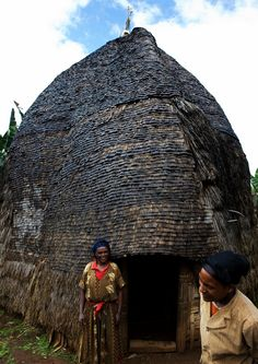 Dorze house, Ethiopia - Not very far from Arbaminch, in the mountains, live the Omotic Dorze people. They are famous for their houses which are constructed with vertical hard wood poles and woven bamboo. Vernacular Architecture, Art And Architecture, East Africa, North Africa, People Around The World, Around The Worlds, African House, Horn Of Africa, Addis Ababa