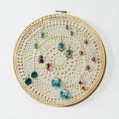 かぎ針編みのドイリーにピアスを掛けて収納。シンプルですが、お部屋の中が柔らかいイメージになりそうです。