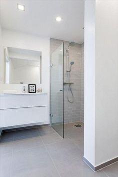 Ik vind het mooi dan de ene muur stuc is en er tegels zijn in de douche plus zijkant en dat de vloertegels doorlopen