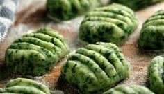 Deliciosas pastas suaves con masa de verduras.Ñoquis de espinaca light para 4 porciones - Ingredientes½ atado de espinaca - 1 huevo - Nuez moscada, poca sal