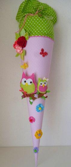 Eine  in liebevoller Handarbeit gefertigte, traumhaft schöne  Schultüte aus wunderschönem Baumwollstoff (rosa kariert) und grün mit Herzchen. Die Schultüte hat ein Innenteil aus Pappe (70 cm), ca....