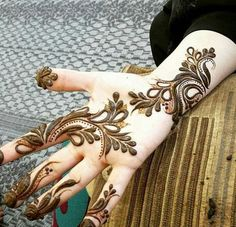 latest henna bridal motif henna image bridal motif henna hand image latest henna simple motif is simple henna is simple and easy simple beautiful Arabic Henna Designs, Mehndi Designs For Beginners, Unique Mehndi Designs, Mehndi Designs For Fingers, Beautiful Henna Designs, Latest Mehndi Designs, Bridal Mehndi Designs, Henna Tattoo Designs, Beautiful Mehndi