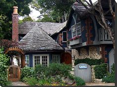 I love cottage-style homes! Forget Bel-Air or Beverly Hills, I'll take Hobbiton any day.