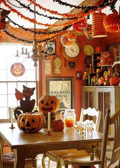 Halloween is a great time for decorating your space. Many people spend days making their homes look scary and fun. But actually it doesn't need to spend a fortune on Halloween decoration. Bring a devilish air with these DIY Halloween crafts. Retro Halloween, Spooky Halloween, Halloween Tisch, Halloween Mignon, Vintage Halloween Decorations, Halloween Home Decor, Holidays Halloween, Happy Halloween, Halloween Clothes