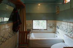 2階のバスルーム。バスタブや水栓、壁のタイルなど細部までアメリカンテイストが貫かれている。The wall color! Great!