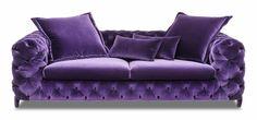 Canapea 3 locuri Desiree, care reflecta pasiunea prin fiecare detaliu, expresiva si rafinata. Este neextensibila, are trei locuri si tapiterie din catifea de culoare mov.