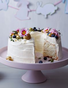 White cloud cake Two Mother's Day gifts in one: cake and flowers! Try this beautiful light and fluffy white cloud cake for a real showstopper. Beautiful Cakes, Amazing Cakes, Desserts Ostern, Cloud Cake, Cupcake Cakes, Cupcakes, Cupcake Recipes, Naked Cakes, Spring Cake