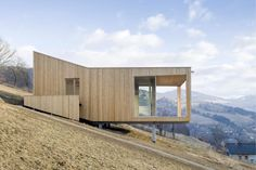 Wohnhaus in Trebesing von Morpho-Logic Architekten Concept Architecture, Facade Architecture, Residential Architecture, Amazing Architecture, Houses On Slopes, Hillside House, Forest House, House On A Hill, Building A House