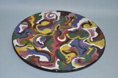 Prato grande e raso em cerâmica, com esmaltação multicolorida, peça utilitária ou decorativa.