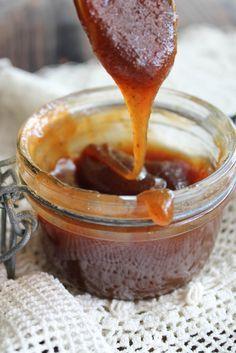 Sauce caramel {vegan} - Ingrédients (pour 2 pots) : 300 g de sucre, 25 cl de crème de coco, 1 gousse de vanille, 2 pincées de fleur de sel...