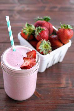 Strawberry Cheesecake Protein Smoothie || HeathersDish.com #blended #daisydifference #sponsored