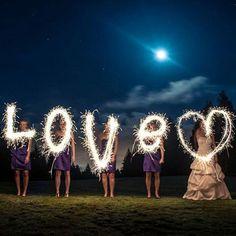 As opções de foto com os sparklers de 60 cm são infinitas. Cada foto mais linda do que a outra  Para orçamento enviar um email para comercial@cadopresentes.com.br   #cadopresentes #sparklers #sparkler #lightpainting #paint #fotoperfeita #fotocriativa #love #amor #heart #madrinhas #noiva #bride #gift #gifts  #lembrancinha #lembraça #presente  #lembranca by cadopresentes