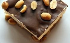 Ufattelig god peanøtt iskake med deilig peanøtt bunn, fyldig vaniljeis og mørk sjokoladetopping.
