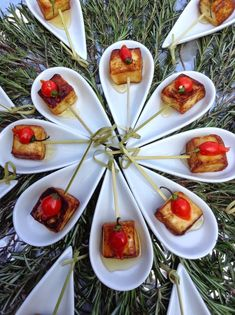 queijo-coalho Grazing Food, Aperitivos Finger Food, Tapas, Mediterranean Pasta Salads, Party Finger Foods, Party Food And Drinks, Portuguese Recipes, Mini Foods, Best Dishes