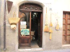 Buying baskets + ceramics in Bevagna