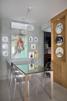Apartamento com cimento e madeira nas paredes, projeto de Ricardo Melo e Rodrigo Passos