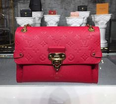 Designer Handbags a Spectacular Investment! What woman doesn't dream about owning a high fashion designer handbag? Vuitton Bag, Louis Vuitton Handbags, Louis Vuitton Monogram, Most Expensive Handbags, Luxury Handbag Brands, Popular Bags, How To Make Handbags, Luxury Handbags, Scarlet