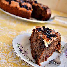 Bardzo aromatyczne i wilgotne ciasto pełne czekolady, wanilii i żurawiny, pokryte skorupką bezową na wierzchu.