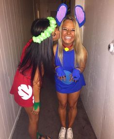 These college halloween costume ideas for best friends are perfect to copy this year! Want to go all out for halloween this year but don't know which costume to pick? Here are 70 popular college halloween costume ideas for girls! Costumes Halloween Disney, Matching Halloween Costumes, Halloween Look, Halloween College, Halloween Outfits, Cute Teen Costumes, Two Person Halloween Costumes, Halloween Customs, Costume For Girls