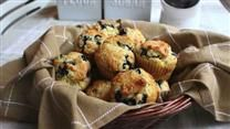 Get the day off to a delicious start with fresh, homemade blueberry muffins. In this video, you'll learn how to make easy blueberry muffins. Discover the secret ingredient to these yummy muffins and l Blueberry Oatmeal Muffins, Oat Muffins, Chocolate Chip Muffins, Blue Berry Muffins, Blueberries Muffins, Rhubarb Muffins, Peach Muffins, Yogurt Muffins, Carrot Muffins