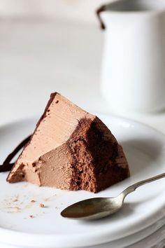 Tarta de yogur y chocolate / 2 huevos. 60g de azúcar. 45g de harina de fuerza ( He utilizado la del Lidl). 15g de cacao puro en polvo crema de yogur y chocolate: 500g de yogur griego (Lidl). 150g de chocolate fondant (Lidl). 300ml de nata para montar (35% materia grasa). 180g de azúcar. 6 hojas de gelatina. 50ml de agua. capa superior de chocolate: 100g de chocolate fondant. 50g de mantequilla