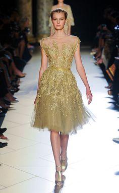 Elie-Saab❇❇❇ El dorado al igual que el plateado tanto en ropa como Complementos pega fuerte esta temporada ..... Añadamos está tonalidad a nuestros Looks que nos hará relucir como rayos de sol!!!