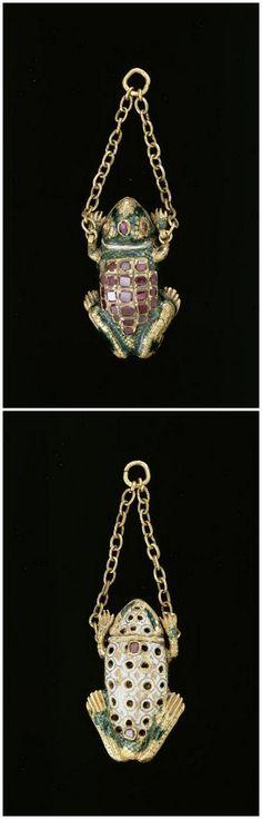 Frog Pendant - 16th Century. Gold, Enamel, Ruby.   Photo (C) RMN-Grand Palais (musée du Louvre) / Daniel Arnaudet Renaissance Jewelry, Medieval Jewelry, Ancient Jewelry, Victorian Jewelry, Antique Jewelry, Vintage Jewelry, Real Gold Jewelry, Enamel Jewelry, Gold Jewellery