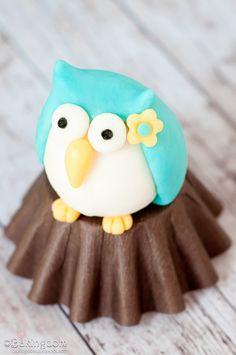 Owl fondant tutorial, usar alpino de cabeca para baixo, pintar com chocolate ao leite clarinho, misturado com chocolate branco, fazendo os veios da árvore. Usar sobre o bombom um doce de leite ninho na forma da coruja.