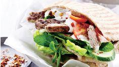 Denne uges hverdagsopskrifter byder på sunde retter forklædt som fastfood. Her får du opskriften på kebab i pitabrød med grønt og dressing