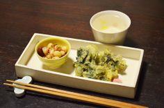 【たらの芽の天ぷら】スーパーのお総菜コーナーもいよいよ春らしくなってきました。香り高い天ぷらをほんのり赤い梅塩で。付け合わせは大豆の胡麻和えです。今日のお酒は、福井・加藤吉平商店の「梵」特撰純米大吟醸です。
