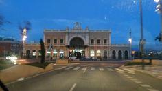 Estación de tren de Cartagena. A partir de la imagen se puede tratar en el aula de primaria tanto los medios de comunicación actuales y pasados con su origen así como la representación arquitectónica de la misma y sus elementos e historia.