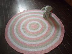 tapete confeccionado em croche <br>material utilizado barbante <br>cores: branco rosa claro e caqui <br>lavável