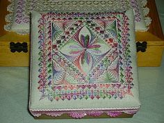 Embroidered Box Top  http://alalbaunaestrella.blogspot.com/