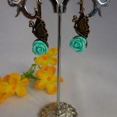 Zet goed de lente en de zomer in met deze vrolijke oorbellen met vlinders!   Het oud bronzen patina maakt het nostalgische effect helemaal af.  Afgewerkt met een bijpassend fijn roosje uit resinehars