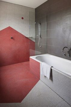 Kreative Wandgestaltung im Bad mit geometrischem Fliesen-Muster in rot weiß und grau /// creative bathroom design: geometrical pattern with tiles in red grey and white Home Design Decor, Bathroom Interior Design, House Design, Design Ideas, Modern Interior, Interior Ideas, Design Trends, Bathroom Red, Budget Bathroom