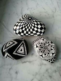 Black and white hand painted rocks art stone. Pebble Painting, Dot Painting, Pebble Art, Stone Painting, Painting Stencils, Stone Crafts, Rock Crafts, Arts And Crafts, Pebble Stone