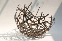 Schalenskulptur aus Corten Stahl Streifen