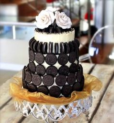 What better way to say 'I do' than with an Oreo Cookie & Toblerone Wedding Cake! I don't know about you, but I do so love Oreo Oreo Wedding Cake, Cool Wedding Cakes, Oreo Desserts, Oreo Cookie Cake, Oreo Cookies, Toblerone, Dessert Bars, Oreos, My Dream Cake