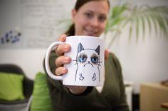 Ab heute stellen wir Euch unsere Tasse der Woche vor! Den Anfang macht Kollegin Marianne aus der PR mit ihrer #GrumpyCat Tasse. Das Geburtstags-Geschenk ist großartig eingeschlagen – auch wenn der Montagmorgen nach dem Wochenende immer erst schwer fällt.  Wir wünschen Euch auf jeden Fall einen guten Morgen!