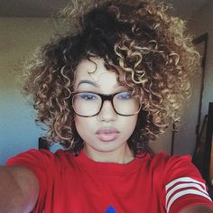 I love this short curly hair look.