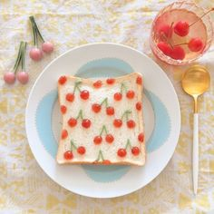 トマトひとつで印象ガラリ!「さくらんぼトースト」でかわいらしい朝食を♩ - macaroni