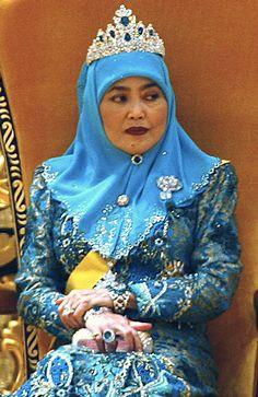 Queen Saleha from Brunei wearing her emeralds